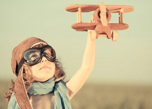 Как отличить свои мечты? - фото мальчика с самолетом